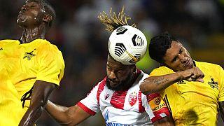 A belgrádi Crvena Zvezda játékosa, Lois Diony fejel labdába két tiraspoli labdarúgó között a Bajnokok Ligája selejtezőmeccsén augusztus 3-án.