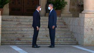 El rey Felipe VI recibe al presidente del Gobierno, Pedro Sánchez, a su llegada al Palacio de Marivent en Palma de Mallorca