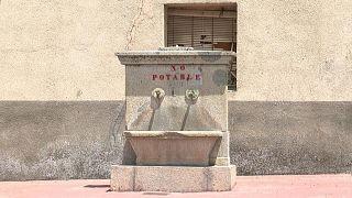 في جميع أنحاء إسبانيا، عدة قرى تعاني من مشاكل الوصول إلى المياه الصالحة للشرب بسبب التلوث الزراعي والافتقار إلى ضوابط جودة المياه والجفاف.