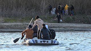 sınırı geçmeye çalışan göçmenler