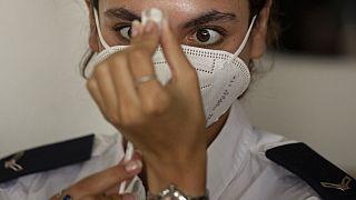 Ârztin vor dem Verabreichen von Booster-Impfung in Israel