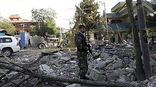 """Afghanische Soldaten sichern den Ort des Attentates in der """"Grünen Zone"""" von Kabul"""