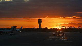 Un avión despega en el aeropuerto de El Prat, en Barcelona, España.