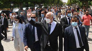 الرئيس التونسي قيس سعيد وسط شارع بورقيبة في تونس العاصمة، تونس، الأحد 1 أغسطس 2021