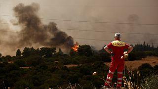 Atina yakınlarına yaklaşan orman yangını
