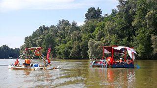 PET-kalózok gyűjtik a szemetet a Tiszából Szatmárcsekénél