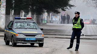 ضابط شرطة أوكراني أمام مبنى الحكومة المحلية في سيمفيروبول، القرم، أوكرانيا، الخميس 27 فبراير 2014