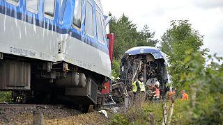 Secours intervenant après une collision entre deux trains en République thèque, près du village de Milavce, le 4 août 2021
