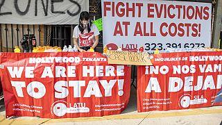 أعضاء اتحاد المستأجرين في لوس أنجلوس يحتجون على عمليات الإخلاء ويقدمون الطعام للمشردين- 8  شباط فبراير 2021 في هوليوود، كاليفورنيا.
