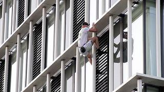 مرد ۲۱ ساله برای اعتراض به تغییرات آب و هوایی از  برج ۳۶ طبقه بالا رفت