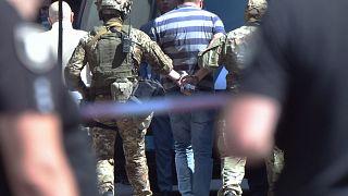 Украинские силовики задерживают мужчину, угрожавшего взорвать гранату в здании правительства, Киев, 4 августа.