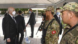 الرئيس التونسي، قيس سعيد يتحدث إلى جندي في شارع بورقيبة في تونس العاصمة.