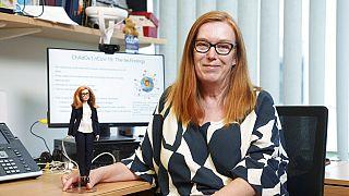 Sarah Gilbert professzor és a róla mintázott Barbie