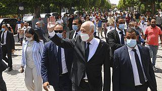 الرئيس التونسي قيس سعيد وهو يتجول على طول شارع بورقيبة في تونس العاصمة،  الأحد ، 1  آب / أغسطس 2021.