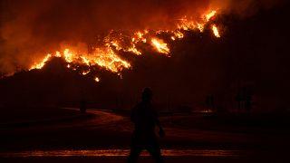 L'incendio vicino alla centrale termoelettrica di Kemerkoy, Turchia