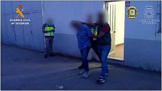 صورة نشرتها الشرطة الإسبانية في مطلع شهر آب/أغسطس 2021 وتظهر عملية اعتقال لمشتبه به وذلك في إطار عملية لمكافحة المخدرات في البرتغال.