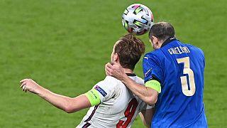 جدال جورجو کیهلینی مدافع تیم ملی ایتالیا و هری کین، مهاجم تیم ملی انگلستان در دیدار پایانی یورو ۲۰۲۰