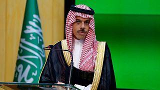 وزير الخارجية السعوي، الأمير فيصل بن فرحان آل سعود خلال مؤتمر صحفي في باكستان.