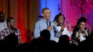 """باراك أوباما، يغني """"عيد ميلاد سعيد"""" لابنته ماليا أوباما في البيت الأبيض."""