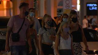 Un grupo de extranjeros pasea por una zona de marcha nocturna de Ibiza