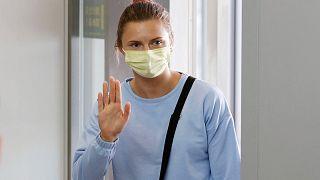 العداءة الأولمبية البيلاروسية كريستسينا تسيمانوسكايا أثناء مغادرتها مطار ناريتا الدولي في ناريتا، شرق طوكيو، الأربعاء 4 أغسطس 2021