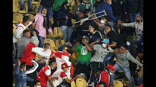 Hinchas del Santa Fe de Bogotá y el Atlético Nacional de Medellín durante los enfrentamientos del martes 3 de agosto en el estadio El Campín, en Bogotá, Colombia.