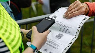 Un contrôle de pass sanitaire lors du festival des Veilles Charrues à Carhaix-Plouguer, dans l'ouest de la France, le 8 juillet 2021