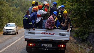 متطوعون أتراك يتوجهون لمكافحة حرائق الغابات في قرية تورغوت، بالقرب من منتجع مارماريس السياحي، موغلا، تركيا، الأربعاء 4 أغسطس، 2021