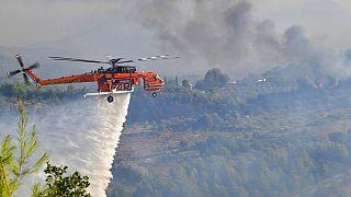 Ελικόπτερο επιχειρεί στη φωτιά στην Αρχαία Ολυμπία