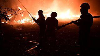 فرق الإطفاء تكافح حريقين ضخمين في اليونان