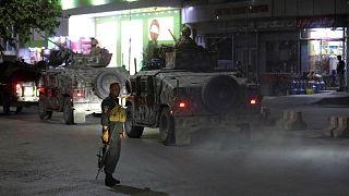 يصل أفراد الأمن الأفغان إلى موقع انفجار قوي في كابول، أفغانستان، الثلاثاء 3 أغسطس 2021