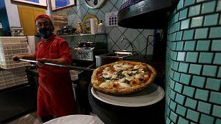 Archives : une pizza retirée du four d'une pizzeria à Naples, le 14 novembre 2020