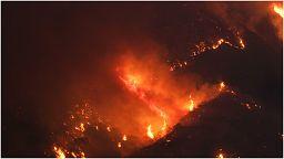 شاهد: الحرائق تتواصل في كاليفورنيا والسلطات تكافح النيران وتجلي السكان