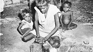 Une femme aborigène avec ses enfants, à Warburton en 1957
