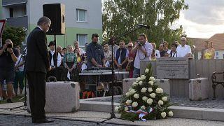 Kövér László, az Országgyűlés elnöke koszorúz a felvidéki Somorján a kitelepített magyarok emlékművének átadásán 2021. augusztus 2-án.
