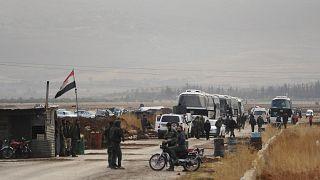 قوات النظام السوري تقف على حاجز في قرية قرب درعا.