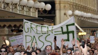 """Участники акции протеста против """"зелёного пропуска"""" в Милане, 24 июля 2021 г."""