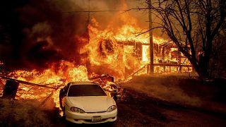 Erdőtűz pusztított el egy híres kaliforniai kisvárost