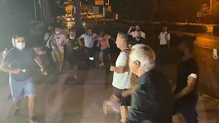 Halk TV'nin canlı yayınını basan gruptan bir kişi eline şişe alarak gazeteci Murat Ağırel'e saldırdı.