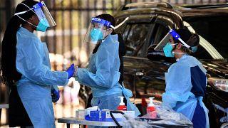 عاملون في القطاع الصحي يحصلون على عينات مسحة من السكان في عيادة اختيار كوفيد -19  بالسيارة - 28 تموز /  يوليو 2021