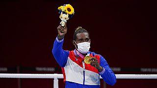 El boxeador cubano, Julio la Cruz, tras recibir la medalla de oro