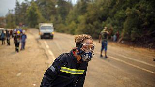 Orman yangınlarının etkili olduğu Marmaris'in Turgut Köyü yakınlarında görev yapan itfaiye ekiplerinden bir kare.