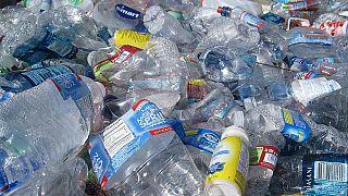 Es mag nicht überraschen, aber Wissenschaftler haben die wahren Umweltkosten von in Flaschen abgefülltem Wasser errechnet.