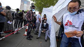 centro di vaccinazione per migranti a Parigi