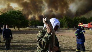 Yunanistan'da yangınla mücadele eden yerel halk köylerini terk etmiyor