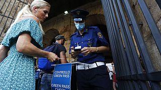 """Сотрудники службы безопасности проверяют у посетителей """"зелёный паспорт"""" на входе в Колизей в Риме"""