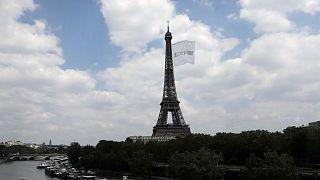اهتزاز آزمایشی پرچم المپیک ۲۰۲۴ بر فراز برج ایفل پاریس