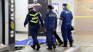 الشرطة اليابانية داخل محطة مترو في طوكيو