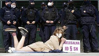 Illegális a lengyel fegyelmi kamarák rendszere, hívja fel a figyelmet egy tüntető a legfelsőbb bíróság előtt