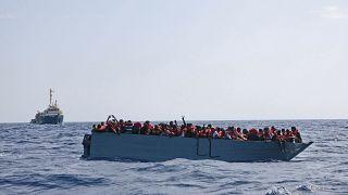 Sea Watch 3 kurtarma gemisini bekleyen göçmenler